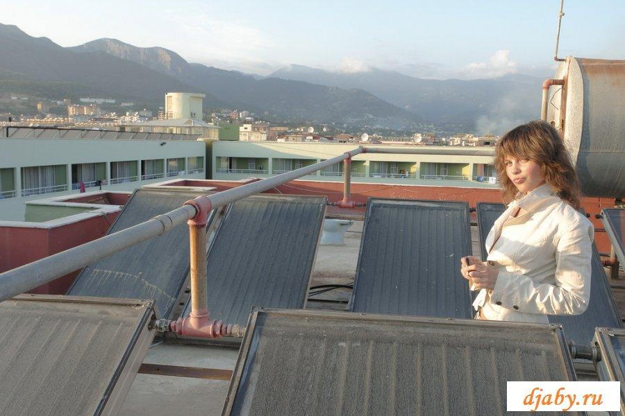 Молодая курица гуляла по крыше