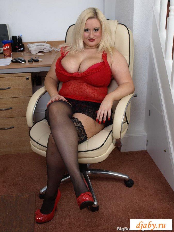 Блонда полнушка в красном топике