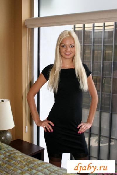 Блондинка раздевается дома
