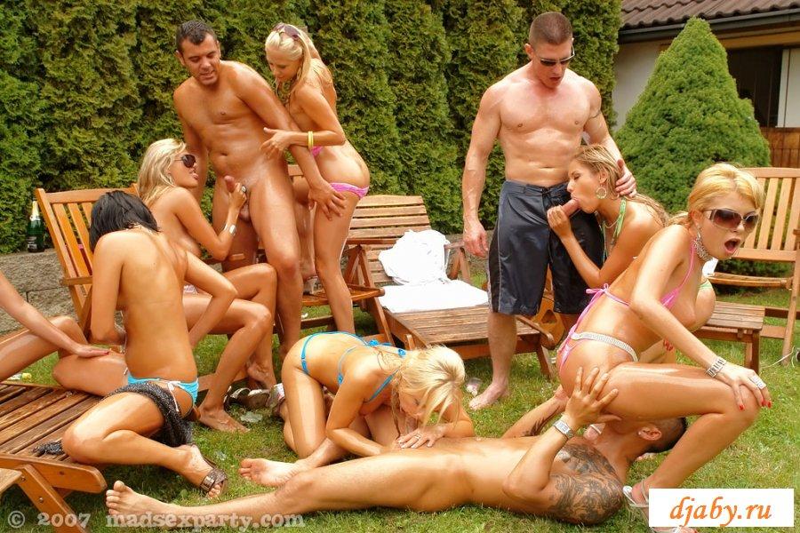 Друзья устроили групповуху на даче