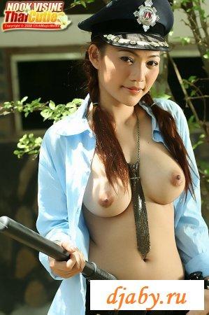 Азиатка в униформе
