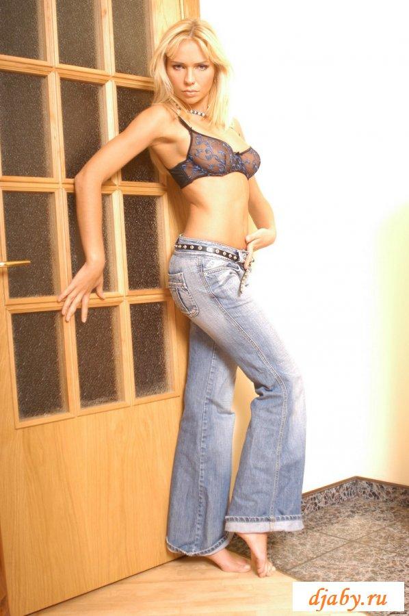 Эффектная блондинка в узких джинсах