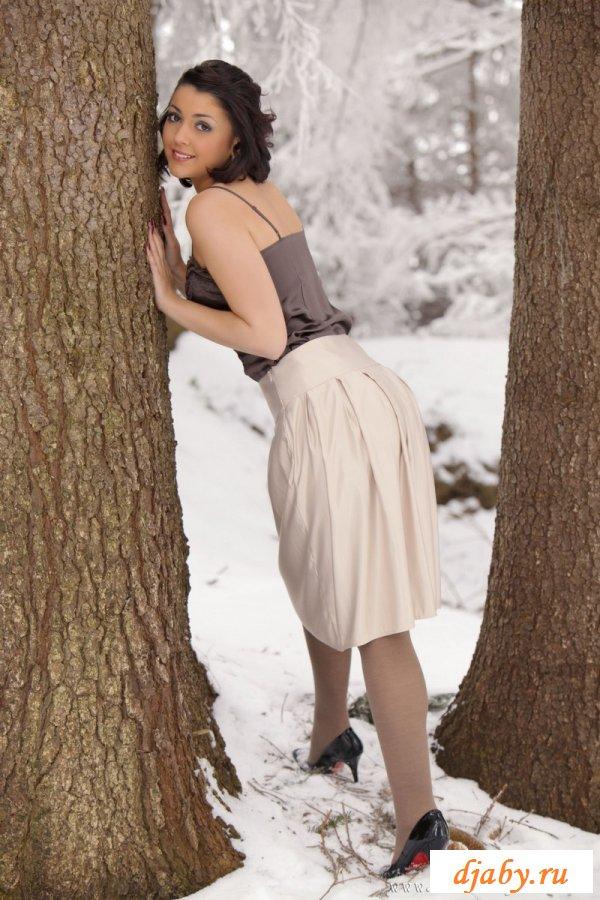 Заводная белоснежка зимой в лесу
