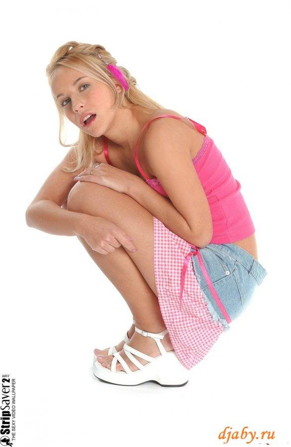 Веселая девочка с румяными щечками