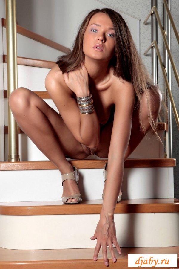 Роскошная усталая хозяйка на ступеньках