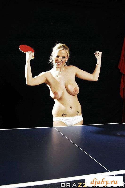 Теннисистка на коленках