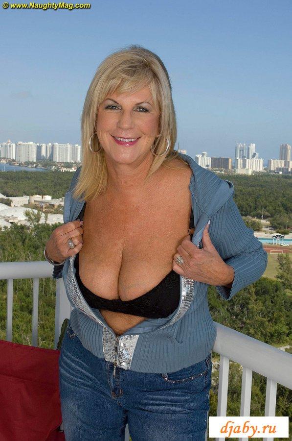 Голая тетка на балконе