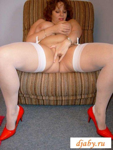 Пухленькая женина в белых чулках