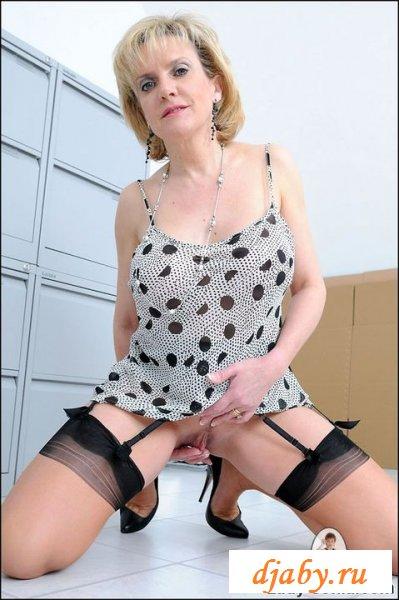 Lady Sonia оголила свои гениталии