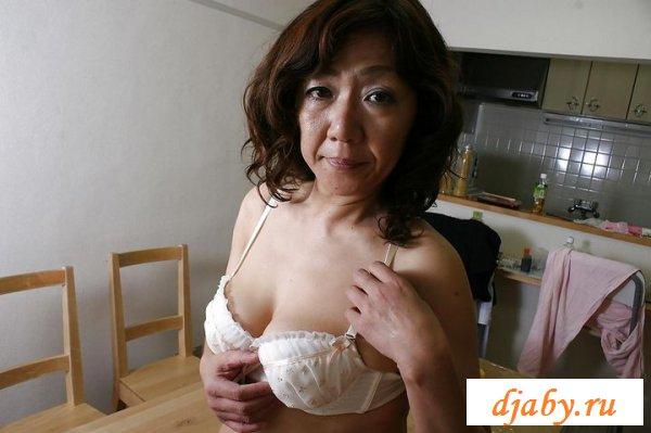 Обнаженная азиатка с большой волосатой пиздой