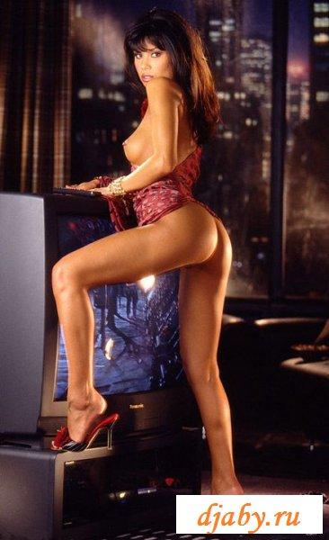 Раздетая Мишель Роджерс мылит сексуальное тело