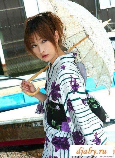 Японка с зонтиком гуляет без трусиков