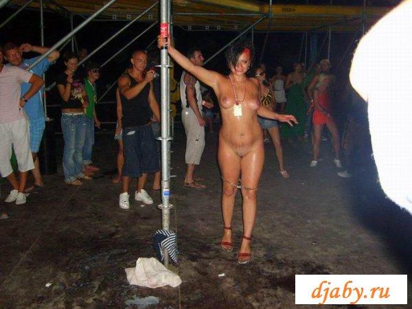 Пьяные девушки оголяют свои тела