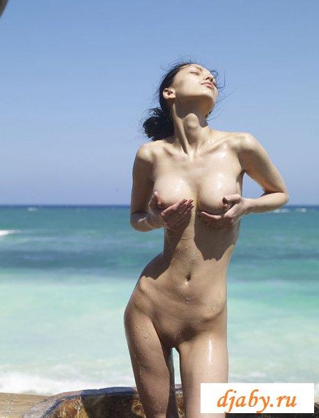 Худышка голышом загорает на пляже