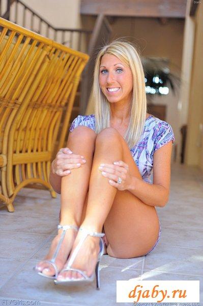 Блондинка снимает короткое синее платье