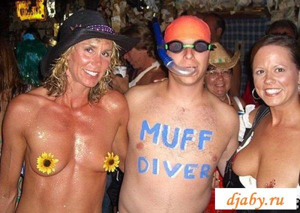 Безобразные голые лохушки веселят публику