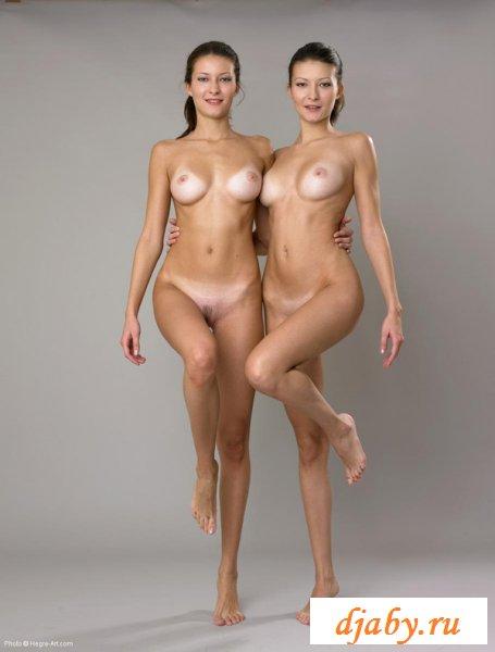 Обнажённые близняшки сексуально позируют