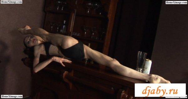 Худая анорексичка выполняет акробатические этюды
