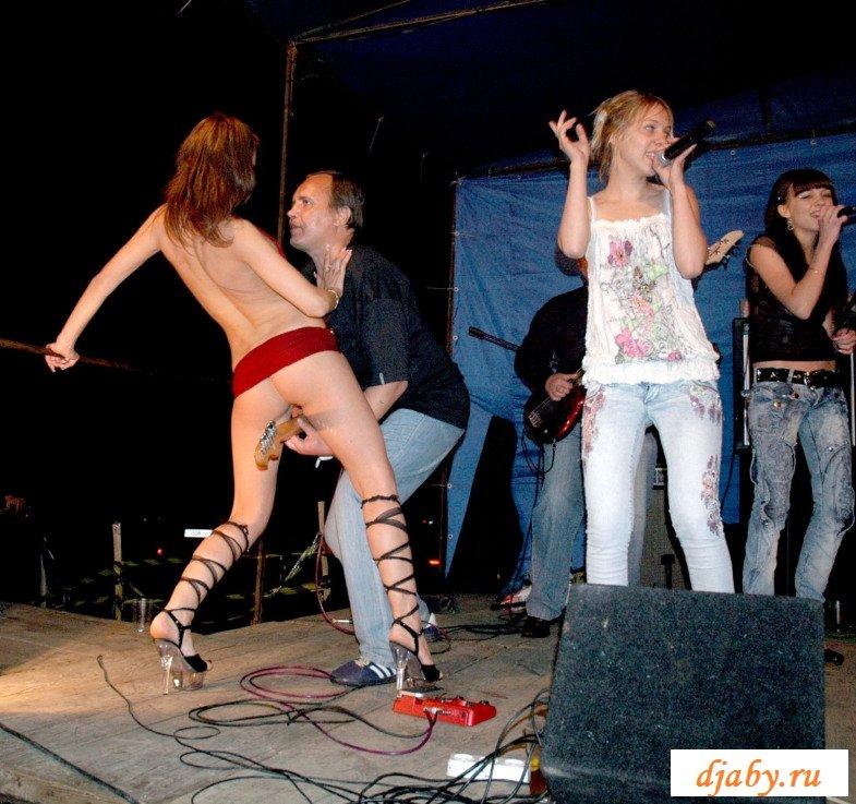 девки танцуют и поют без трусов молочной