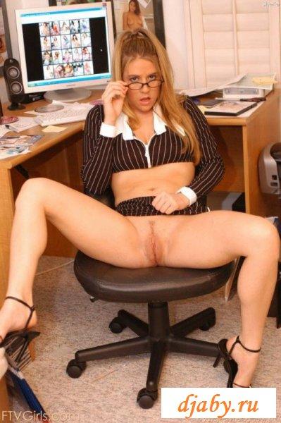 Секретарша ходит в офис без трусов