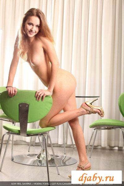 Изящная и раздетая девушка возле стола