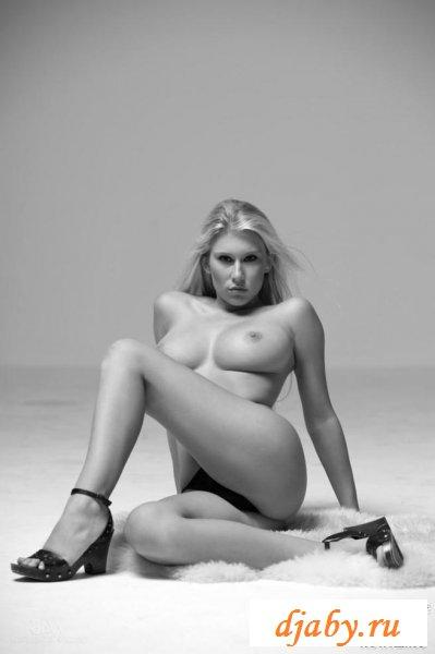 Блондинка мега сексуальная и очень грудастая