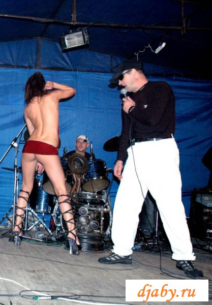 Танцевала с голыми сиськами и была засвечена