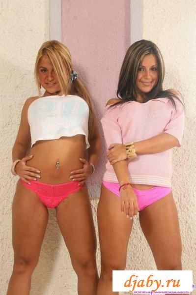 Пара упругих загорелых задниц близняшек