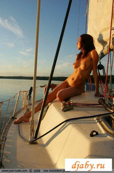 Раздетая русская модель на яхте друга (8 фото эротика)