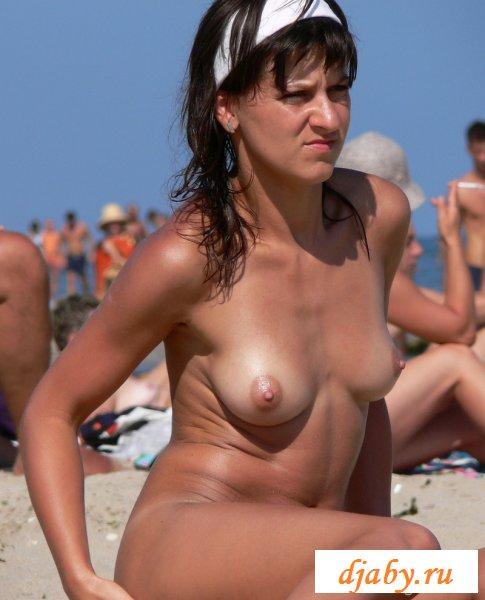 Отважная голая иностранка лежит на песке (8 фото эротика)