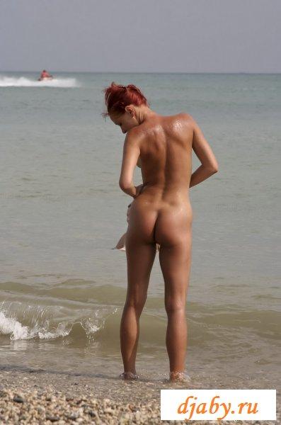 Загорелые обнаженные девки возле моря (8 фото эротика)