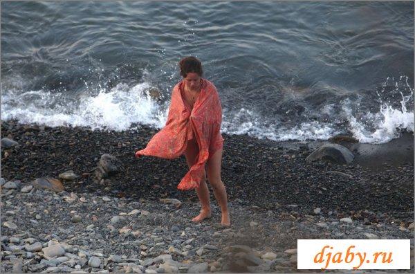 Голенькая женщина купалась у берега (8 фото эротика)