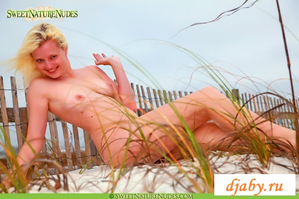 Обнаженная шмара смело бегает по песку  (8 фото эротика)