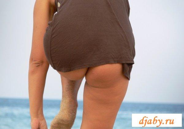 Жена в обнаженке идет купаться (8 фото эротика)