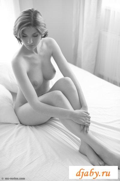 Черно-белая эротика с грудастой принцессой (8 фото эротика)