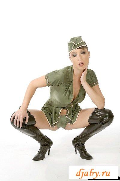 Обнаженная феминистка в пилотке (8 фото эротика)