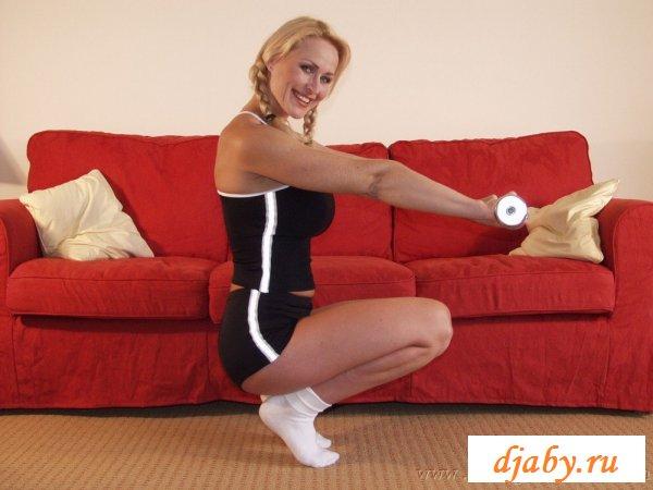 Возбужденная обнаженная кобылка с упругим бюстом (8 фото эротика)