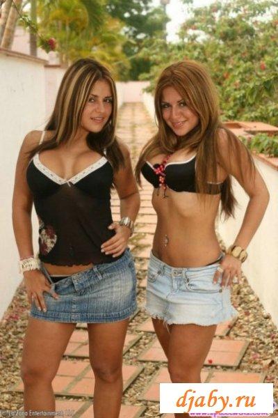 Неповторимые сестрички с шикарными обнаженными попами (8 фото эротика)