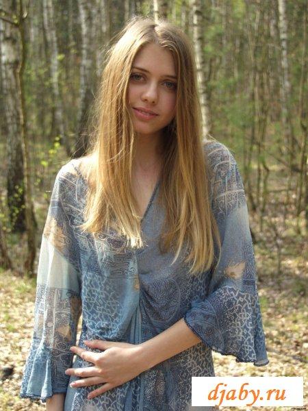 Раздетая в лесу фея доверяет фотографу