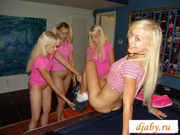 Четыре голые молодые девушки стервы