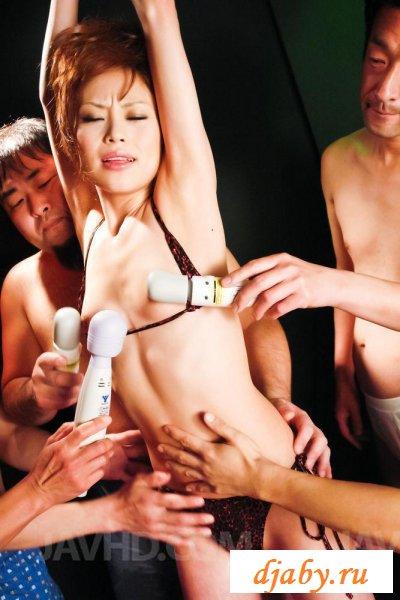 Азиатка упражняется в отсасывании пенисов