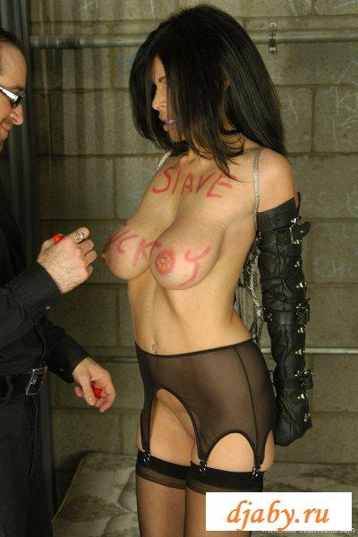 Тюремщик разрисовал классные сиськи телочки
