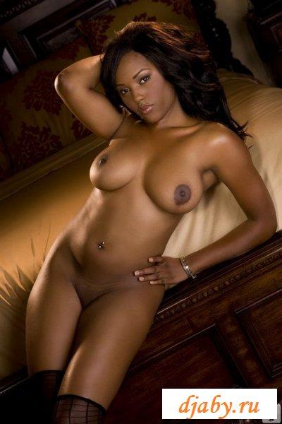 Эротичная грудастая чернокожая с золотым браслетом