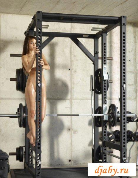 Сексуальный workout с обнаженной спортсменкой