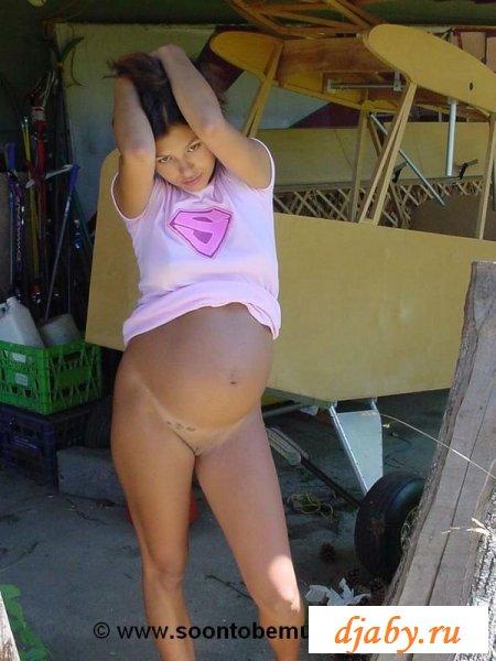Раздетая беременная сучка навестила колхоз