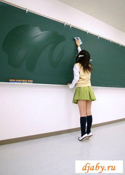 Голожопая японская телка убирает класс