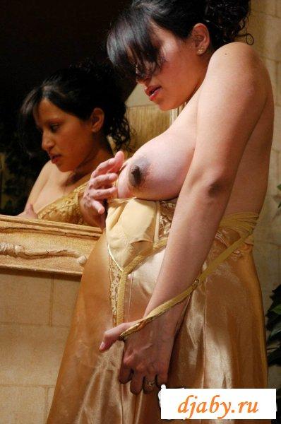 У беременной красотки налились сиськи