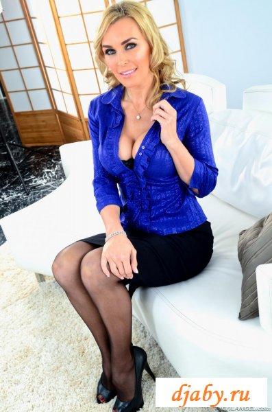 Супер-сексуальная зрелая женщина засветила белье