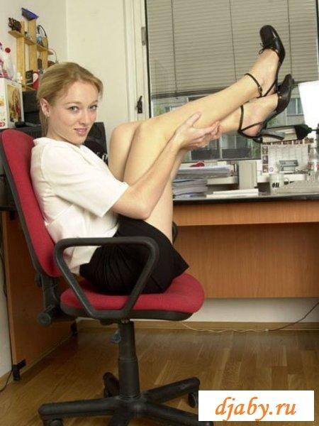 Отчаянная секретарша работает с голой писей