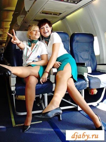 Отвязные стюардессы соблазняют бедрами